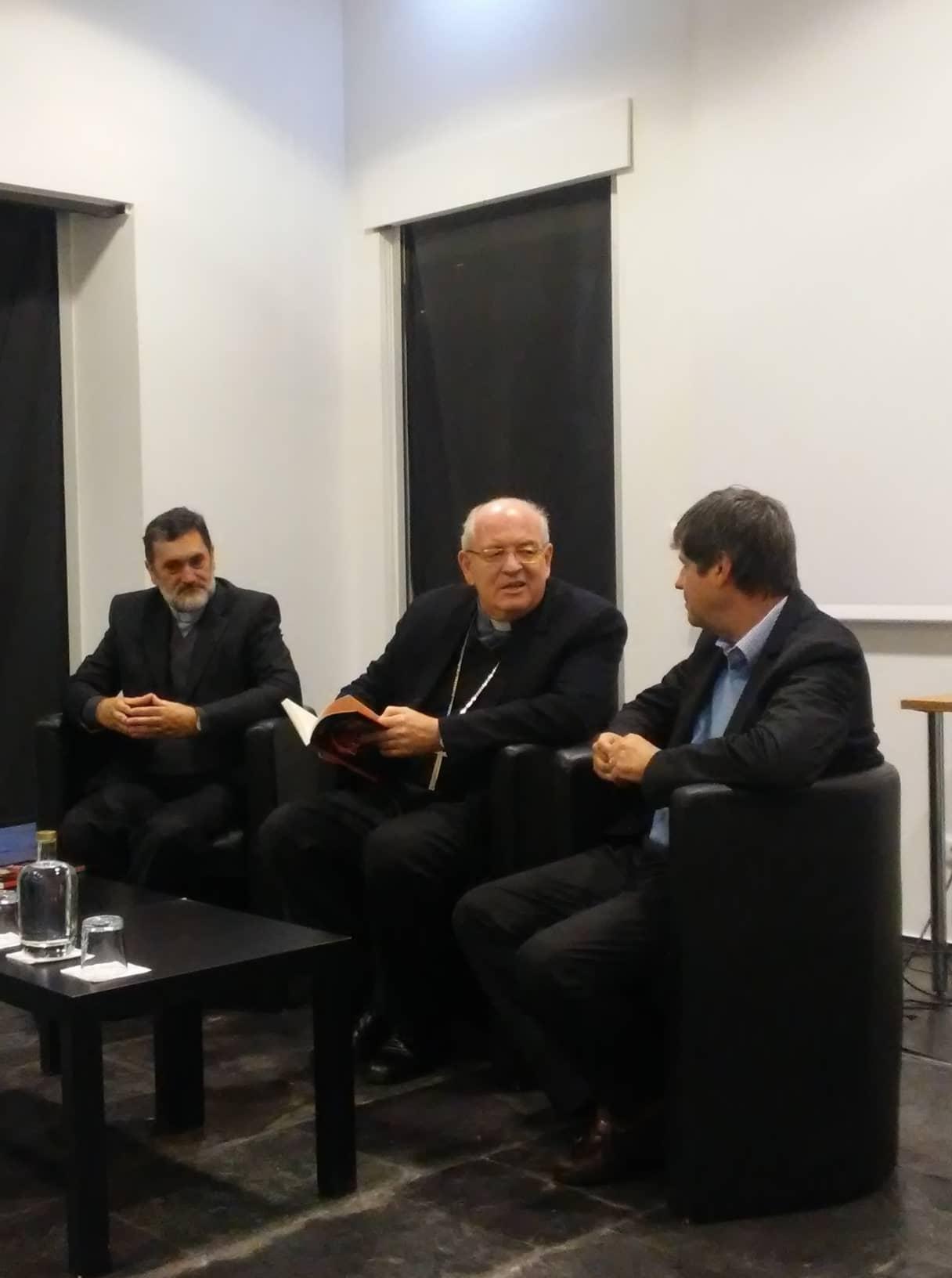 O cónego Mário Tavares de Oliveira (à esquerda), o Arcebispo de Évora (ao centro) e o escritor Manuel Arouca (à direita) Foto: Hugo Guerreiro